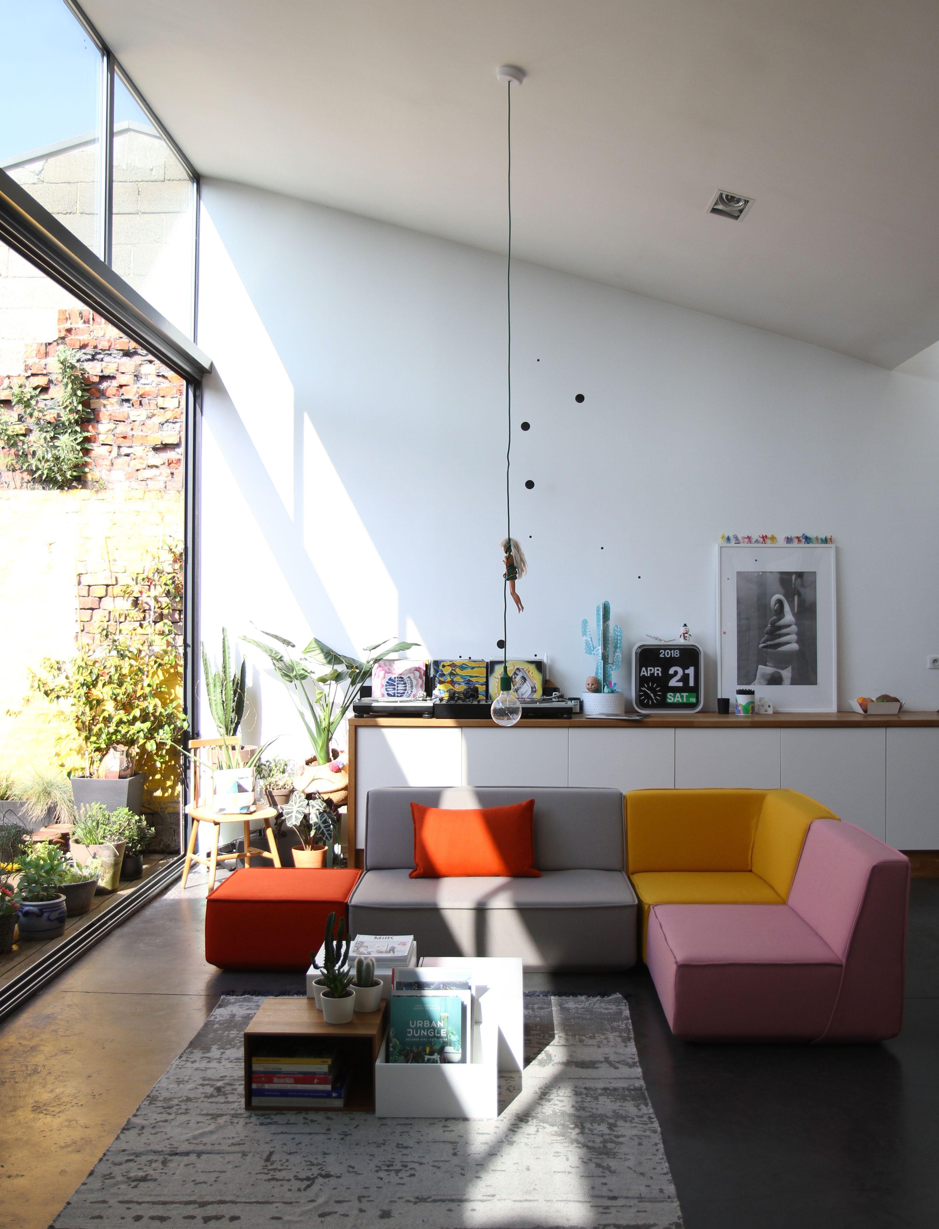 Photo of Modernes modulares Sofa in einem Dachboden
