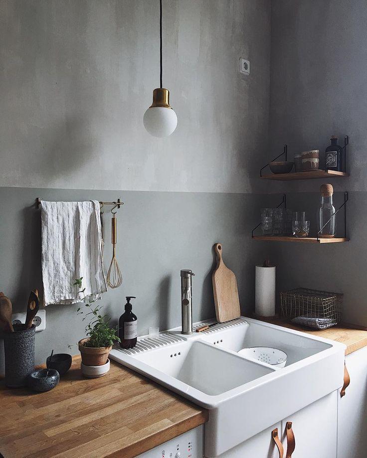 Grey Walls With Golden Accents In The Kitchen Haus Kuchen Landhauskuche Kuchendekoration