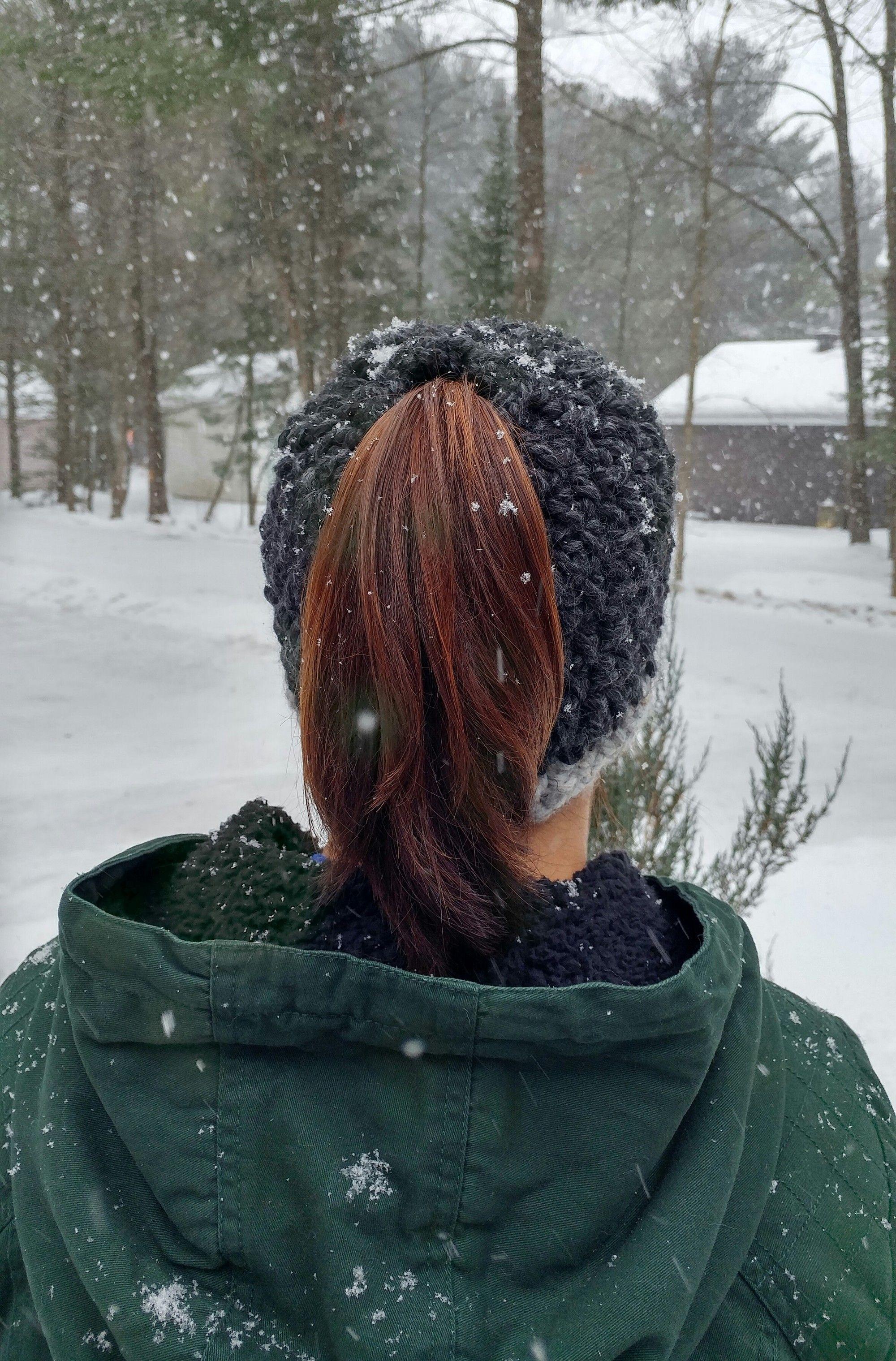 Tuque pour queue de cheval/Bonnet d\u0027hiver ponytail/ La tuque Véro pour  chignon , Produits fabriqués au Québec par Crochet Colori