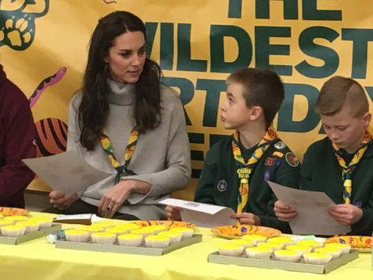 @byEmilyAndrews: #Kate helps decorate the special 'cub cakes' @UKScouting
