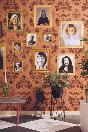 FEMINISME: Stefan Nilsson dedikerte en hel vegg av sitt hjemmekontor til viktige kvinner. Historiske personer som Marie Curie og Rosalind Franklin hang side om side, sammen med blant andre fjorårets nobelprisvinner May-Britt Moser.