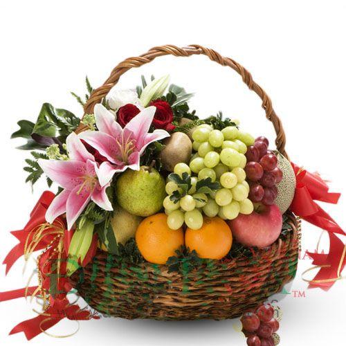 Cesta De Fruta Con Lilium Www Floristeriapetalos Com Arreglos Frutales Con Flores Arreglos Frutales Arreglos Florales