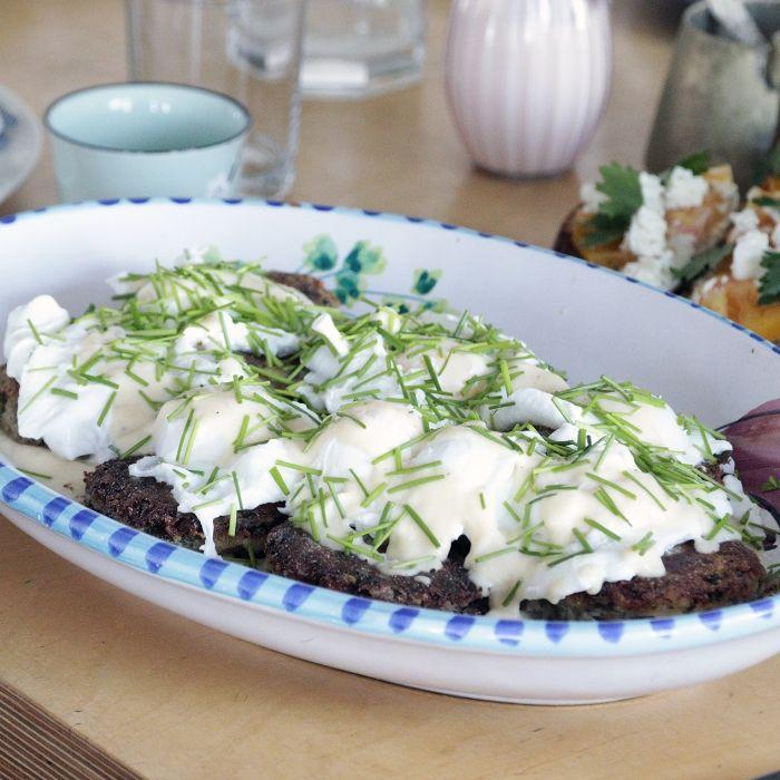 Aardappelkroketten met Goudse kaassaus en gepocheerde eieren | MUNCHIES
