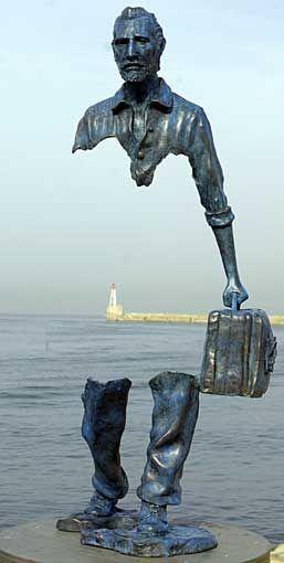 """Una de las escultura de la serie """"Los viajeros"""" de Bruno"""