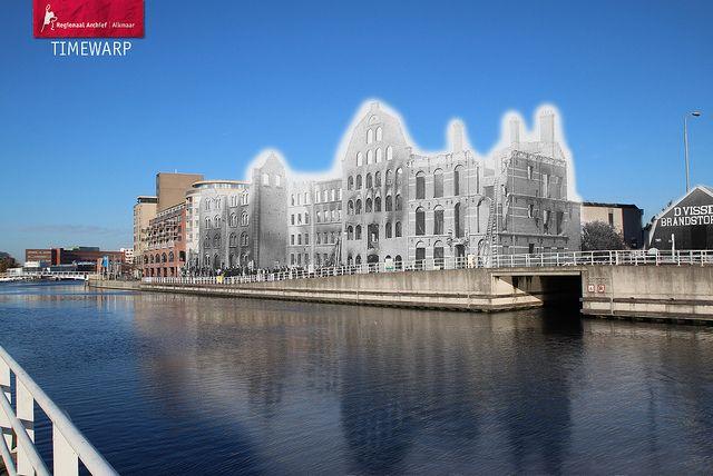 De stoommeelfabriek aan de Kanaalkade in Alkmaar net na de brand in 1898.