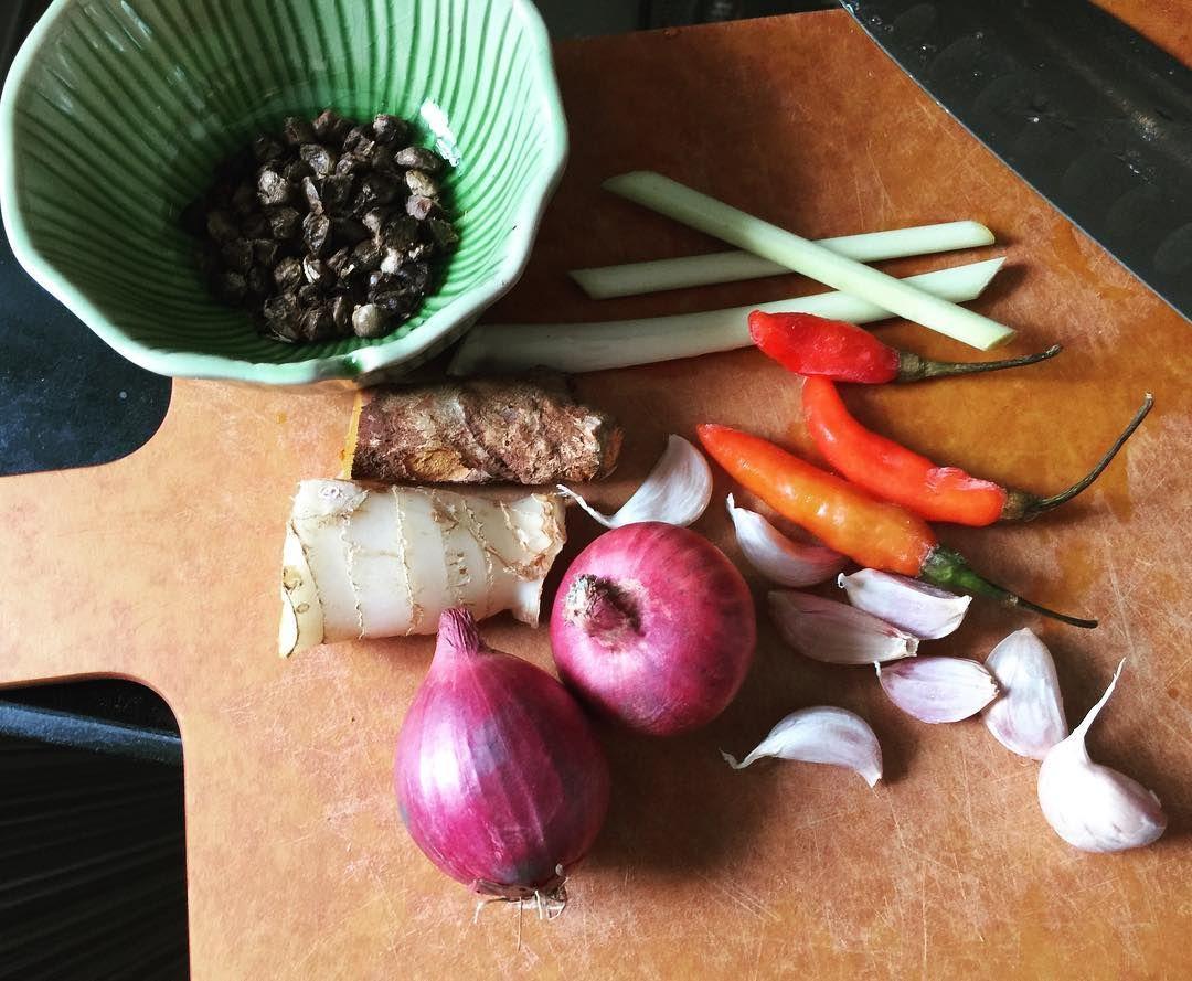 Preparing Thai north curry แกงฮังเล อร่อยมากค่ะ #ฮังเล #แกงฮังเล #แกง #เพ็ด #curry #thaicuisine #อาหารไทย #ทำอาหาร #อร่อยๆ #holidaydinner #inmykitchen #feedfeed #hkfoodie #instafood http://w3food.com/ipost/1519687157022125593/?code=BUXA2rsBu4Z