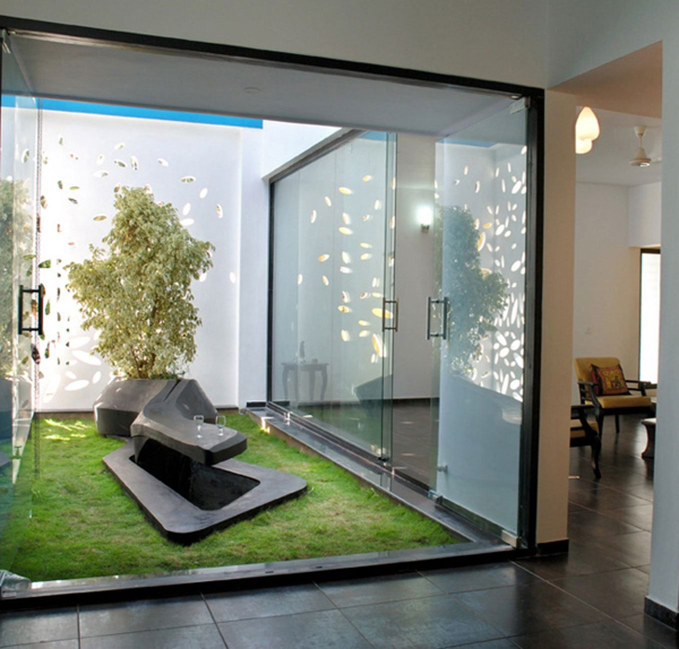 Garden with modern glazed home interior designs home for Interior courtyard design ideas