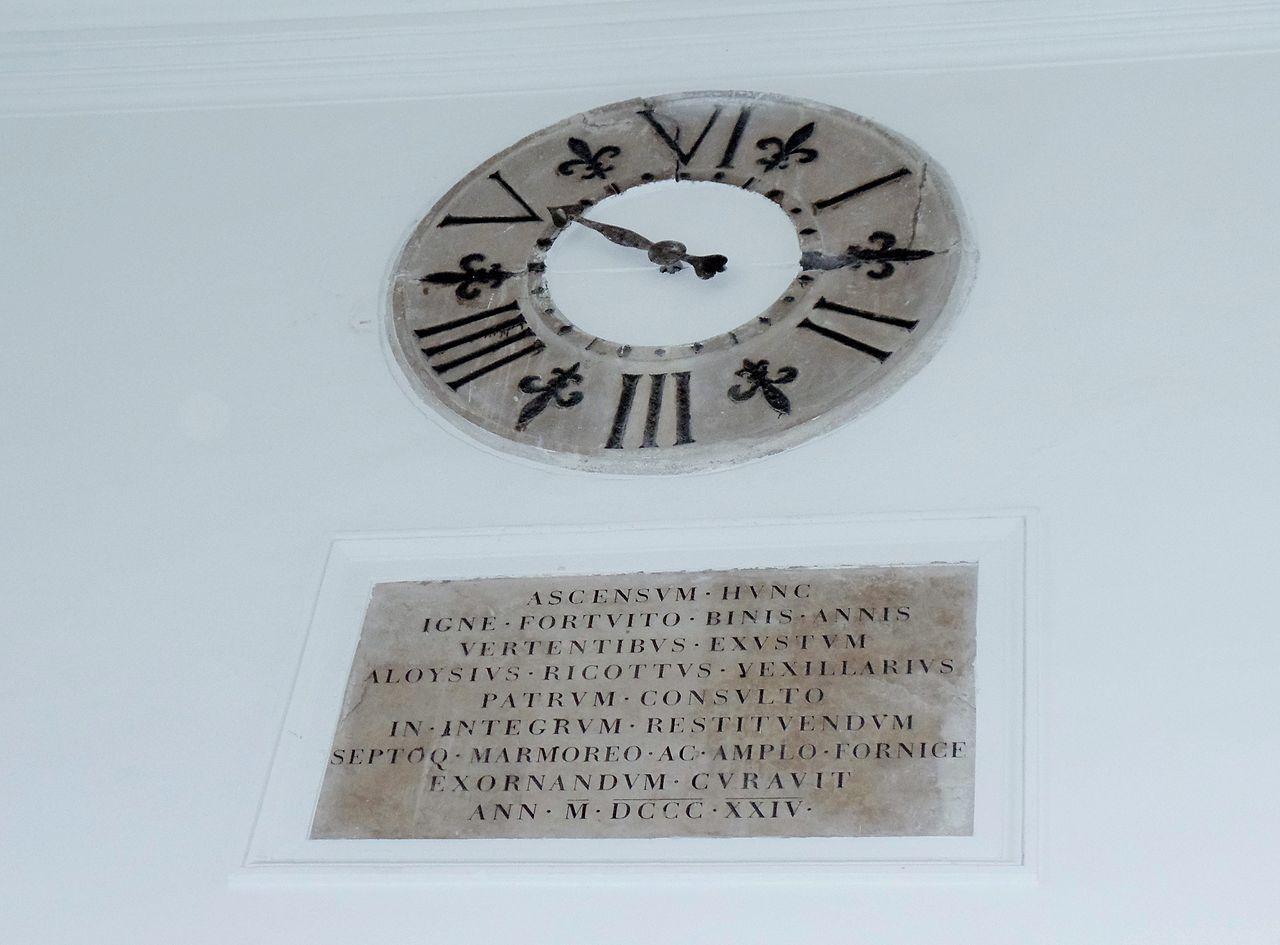 Ancona - Palazzo degli Anziani -  orologio a muro e scritta latina