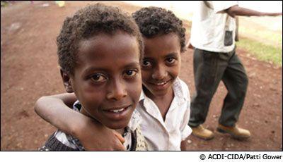 Children at the Adaa-Liben drop off site. ©ACDI-CIDA/Patti Gower