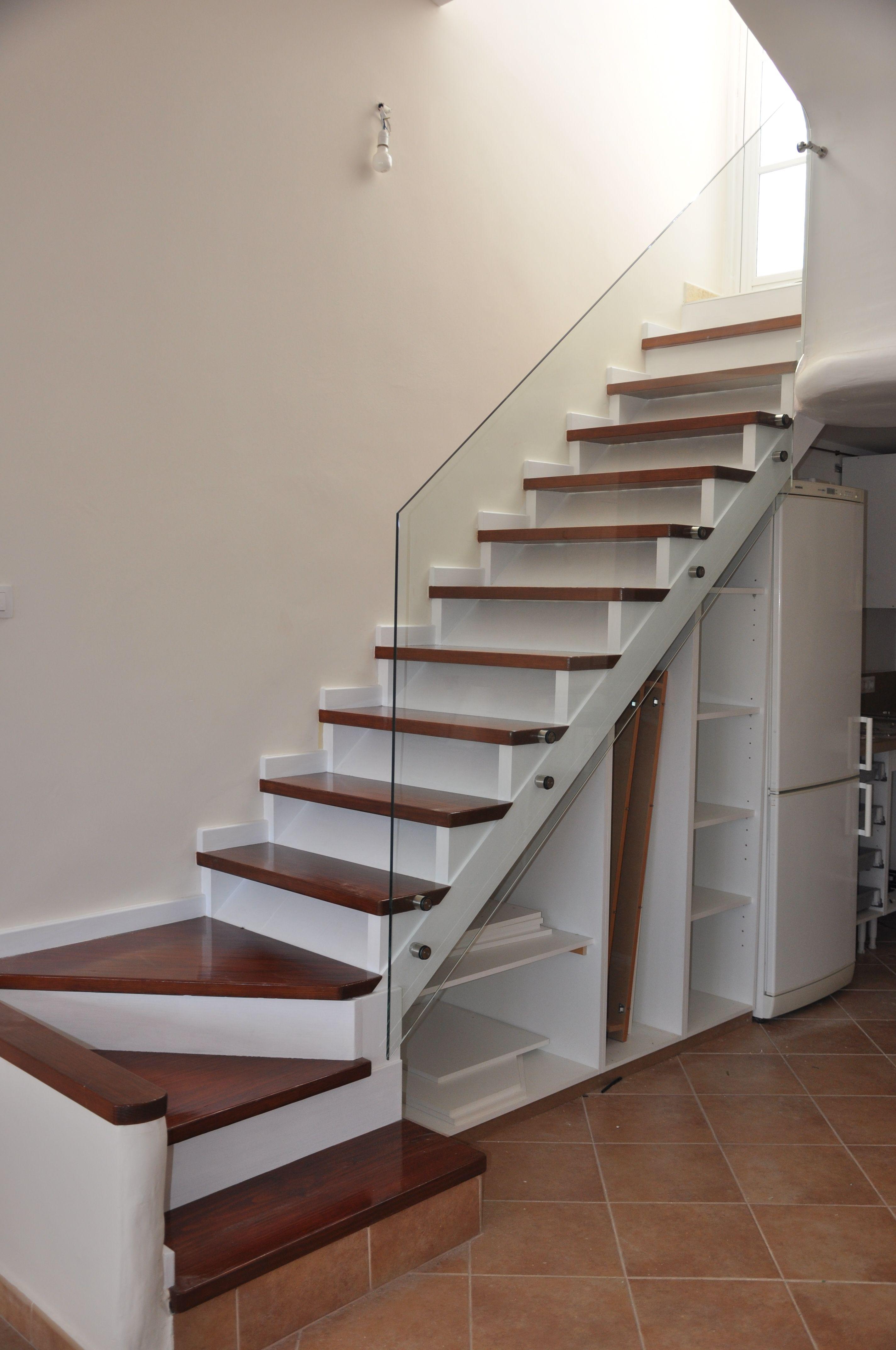 Barandilla de vidrio templado con botones stairs house for Huecos de escaleras modernos