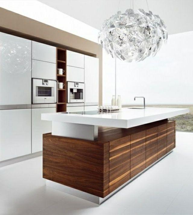 Cuisine minimaliste avec sol blanc et revetement bois