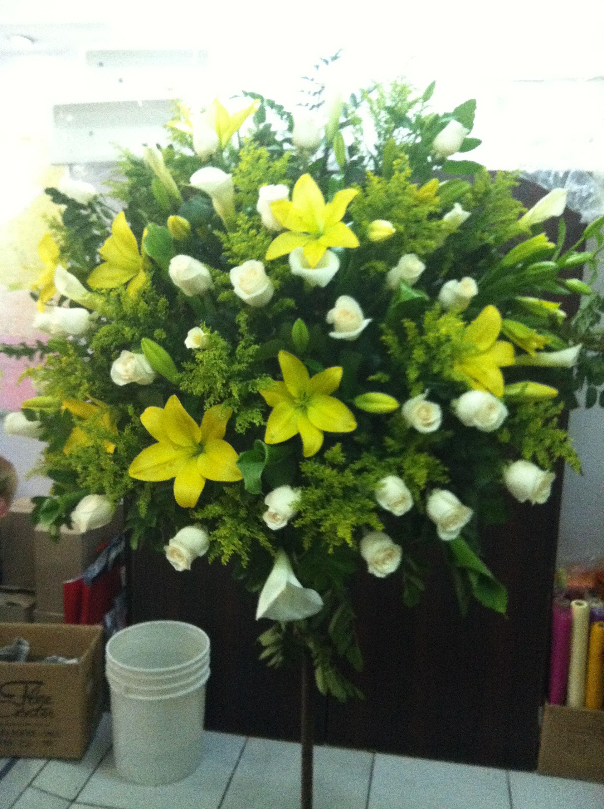 Pedestal Con 25 Rosas Blancas Lilium Amarillo Solidago Y