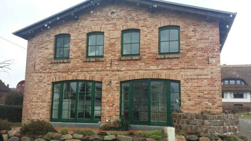 Haus Auf Rügen, Roter Klinker Grüne Fensterrahmen, Rundbögen