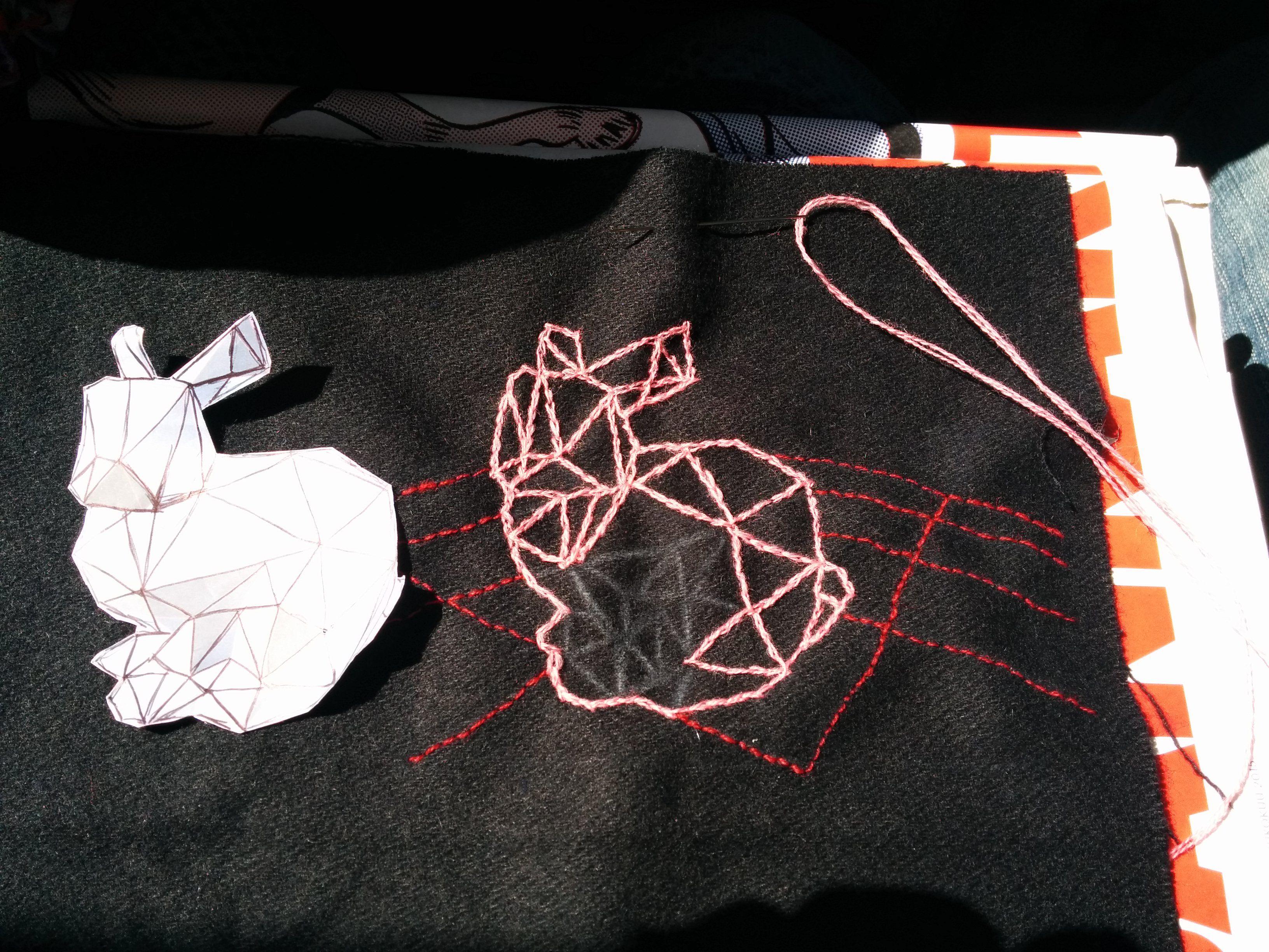 Kirjoin pupun ääriviivat ja sitten kolmiokuvioinnin. Vahvistin paperikaavan viivat kuulakärkikynällä ja kopioin ne silmämäärisesti kankaalle. Tässä piti vähän yksinkertaistaa mallia!