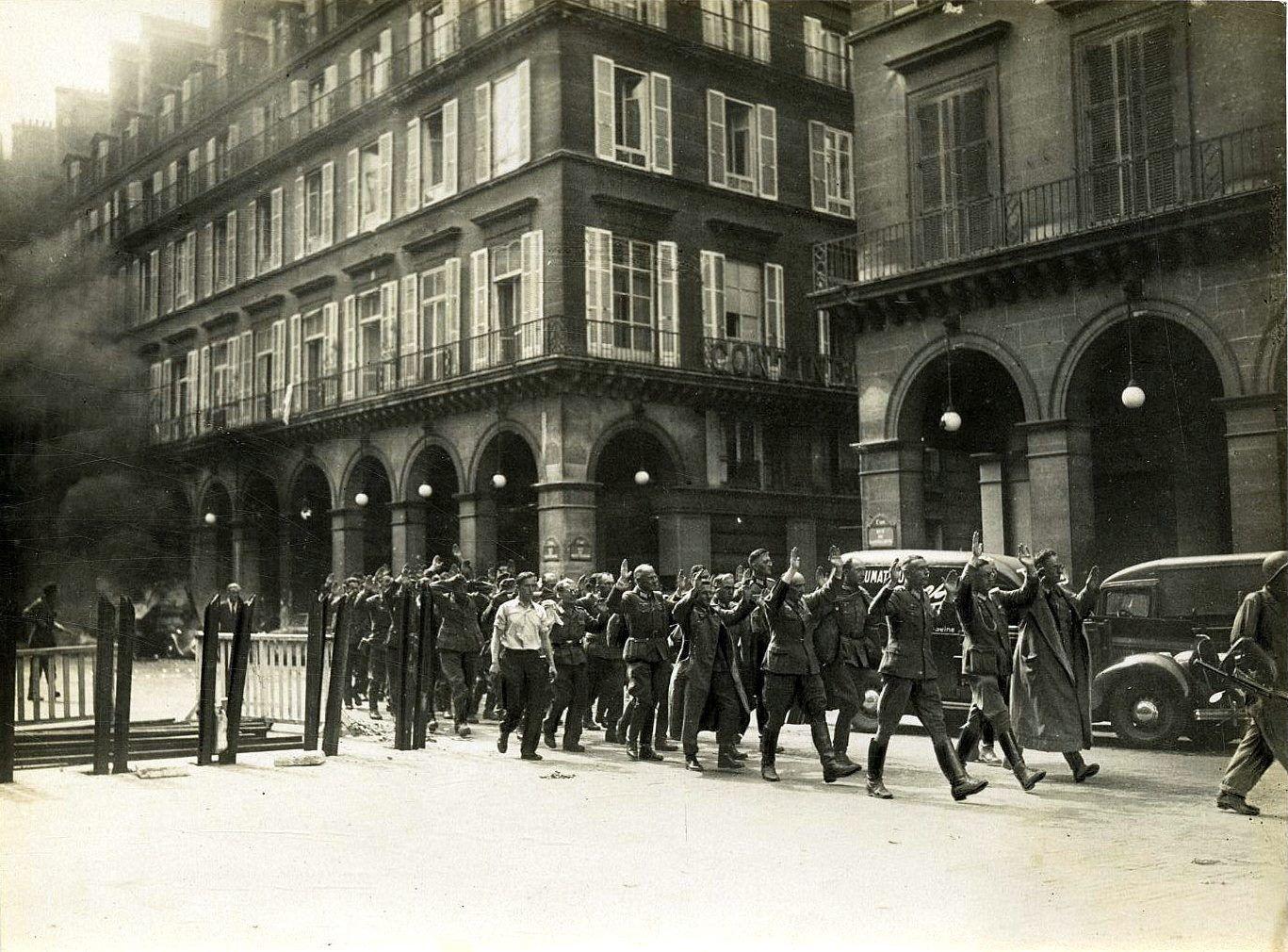 [Le Temps qui passe...] Rue de RIVOLI Libération de Paris 1944