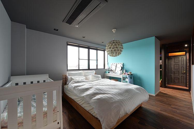 P 広い寝室の壁と天井はグレーで塗装 真っ白よりも落ち着いた空間に