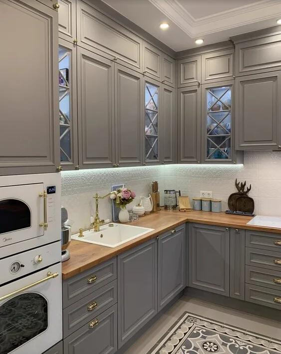 Кухня до потолка или потолок до кухни? Подбираем удобный вариант.