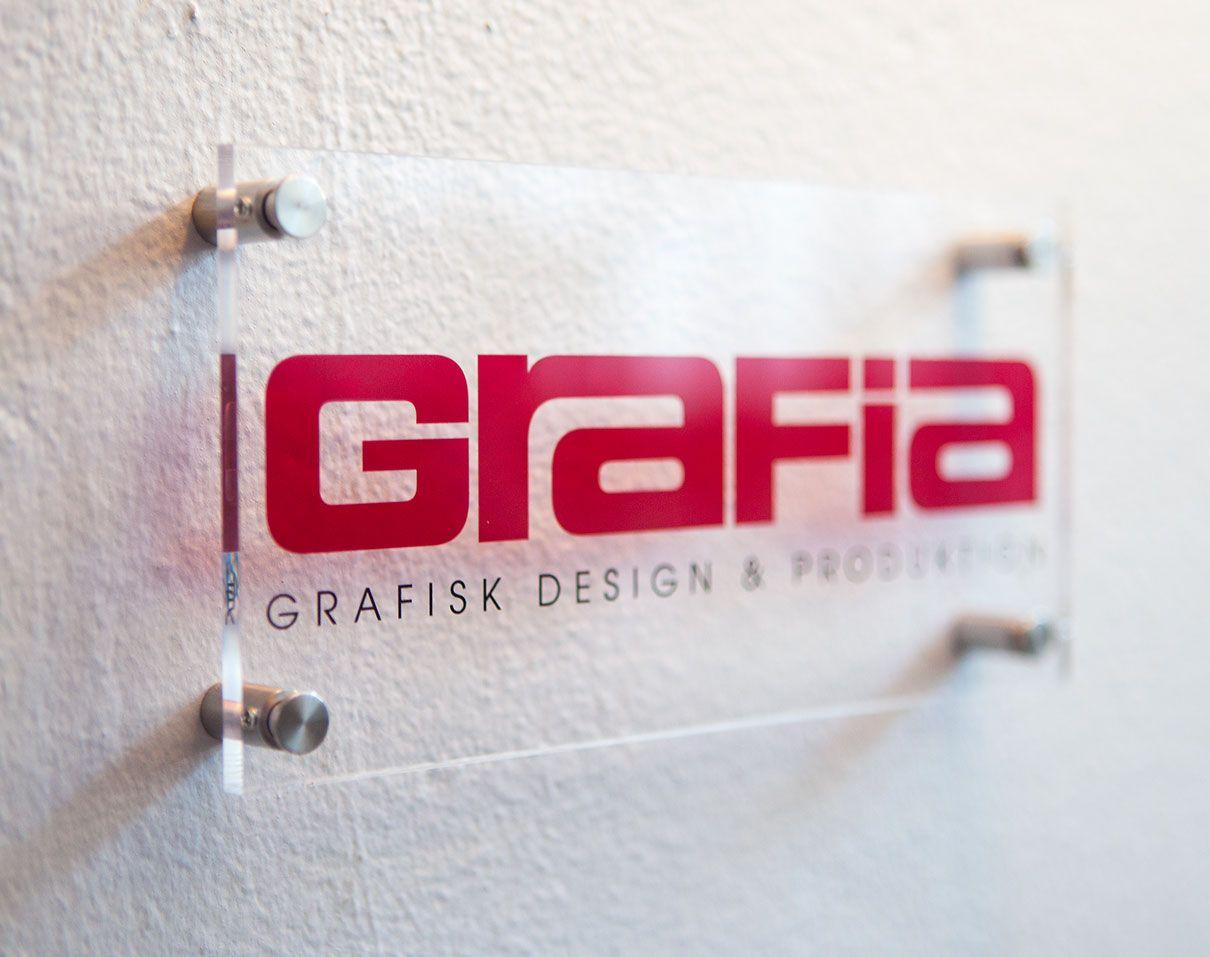 Plexiglas skilte fra Luksus Tryk ApS. Plexiglas plade er kun 5 mm tyk med polerade kanter.