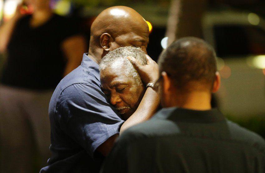 Gläubige spenden einander Trost: Die Kirche wird von Afroamerikanern besucht,...