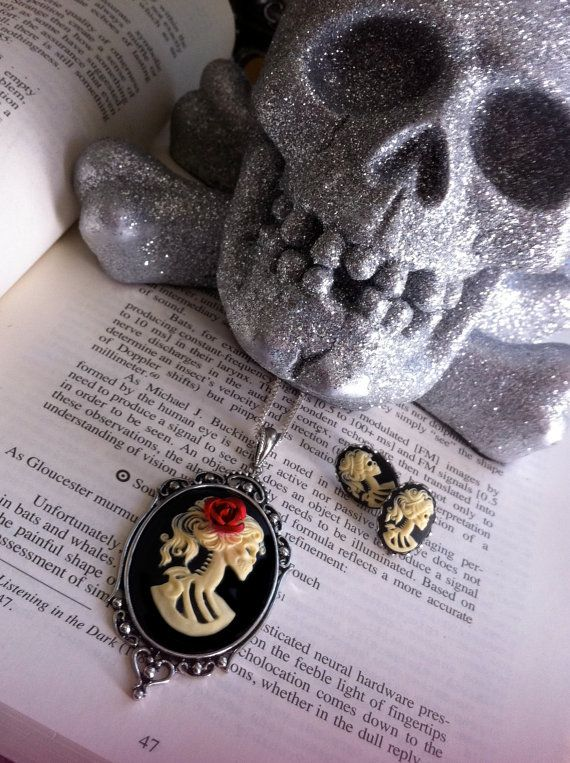 love this skull necklace!