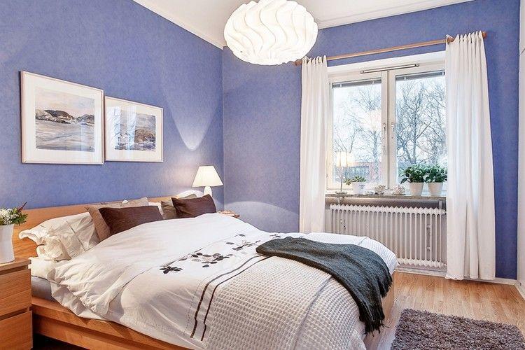 farbgestaltung-schlafzimmer-lila-weisse-vorhaenge-holz-bett - wohnideen fürs schlafzimmer