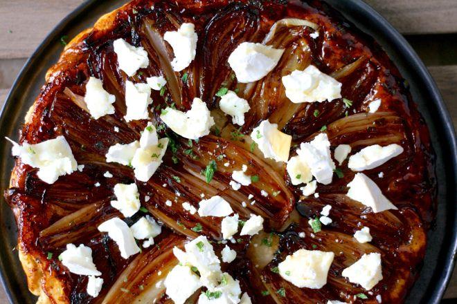 Hov hov, tarte tatin er da en dessert, ikke? Joh normalt, men ikke den her. Den her er en behageligfrokosttærte med sødme fra karameliserede skalotteløg og masser af aromatisk goddav fra rosmarin ...