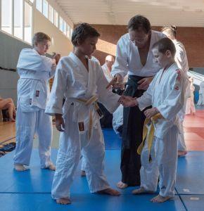 Gemeinsames Aikidotraining der Oberösterreichischen Aikidovereine, Juli 2016, Linz: Kinder mit Trainer beim Aikidotraining