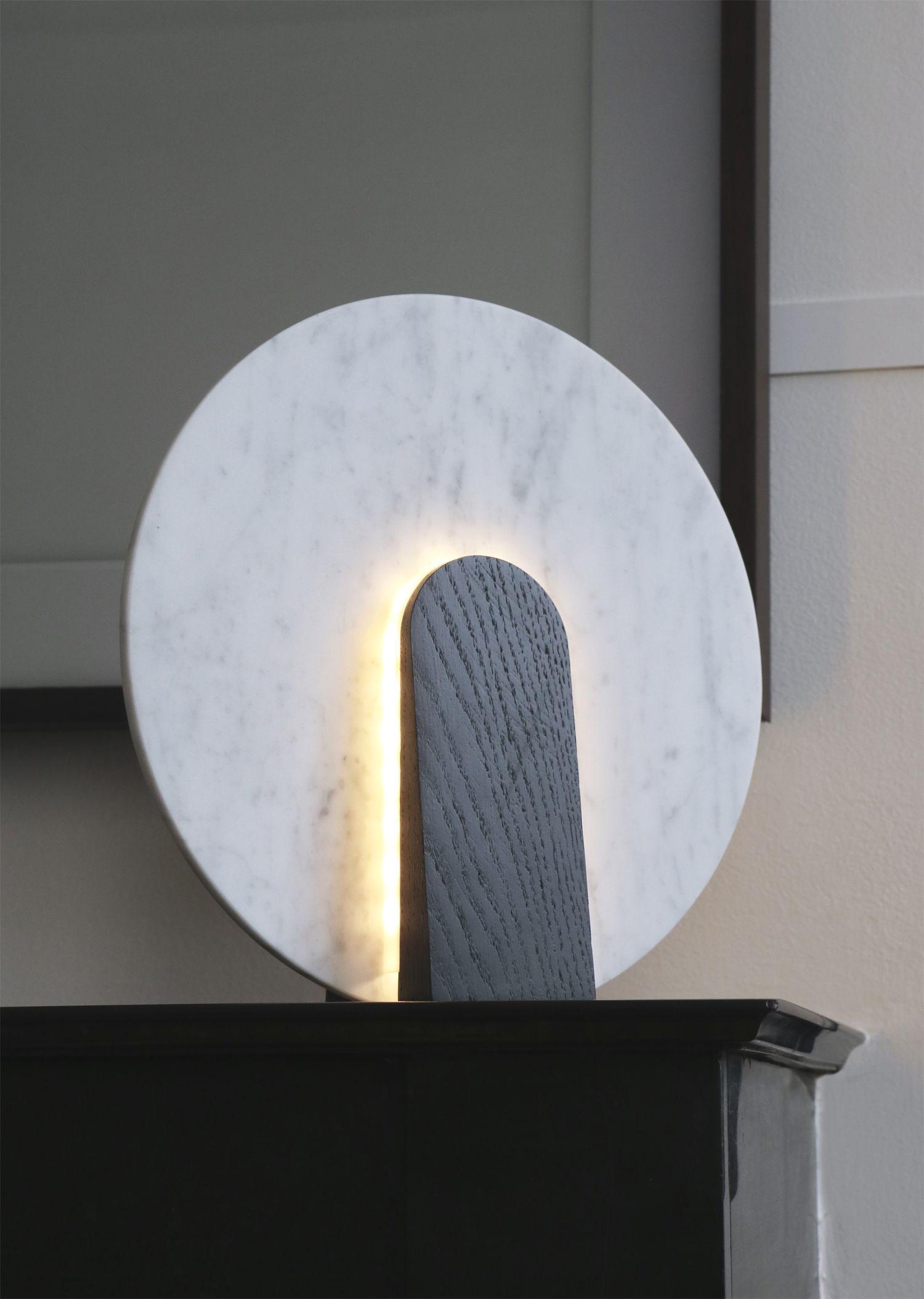 galerie room lune lampe de table en chene teinte et marbre de carrare eclairage