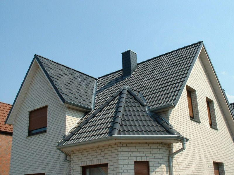 Haus Mit Steinfassade neues haus mit heller steinfassade schwarze steildacheindeckung