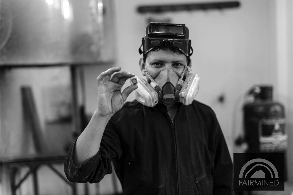 Un travailleur de la mine La Llanada, en Colombie tenant son Or Fairmined _ A worker from La Llanada mine in Colombia