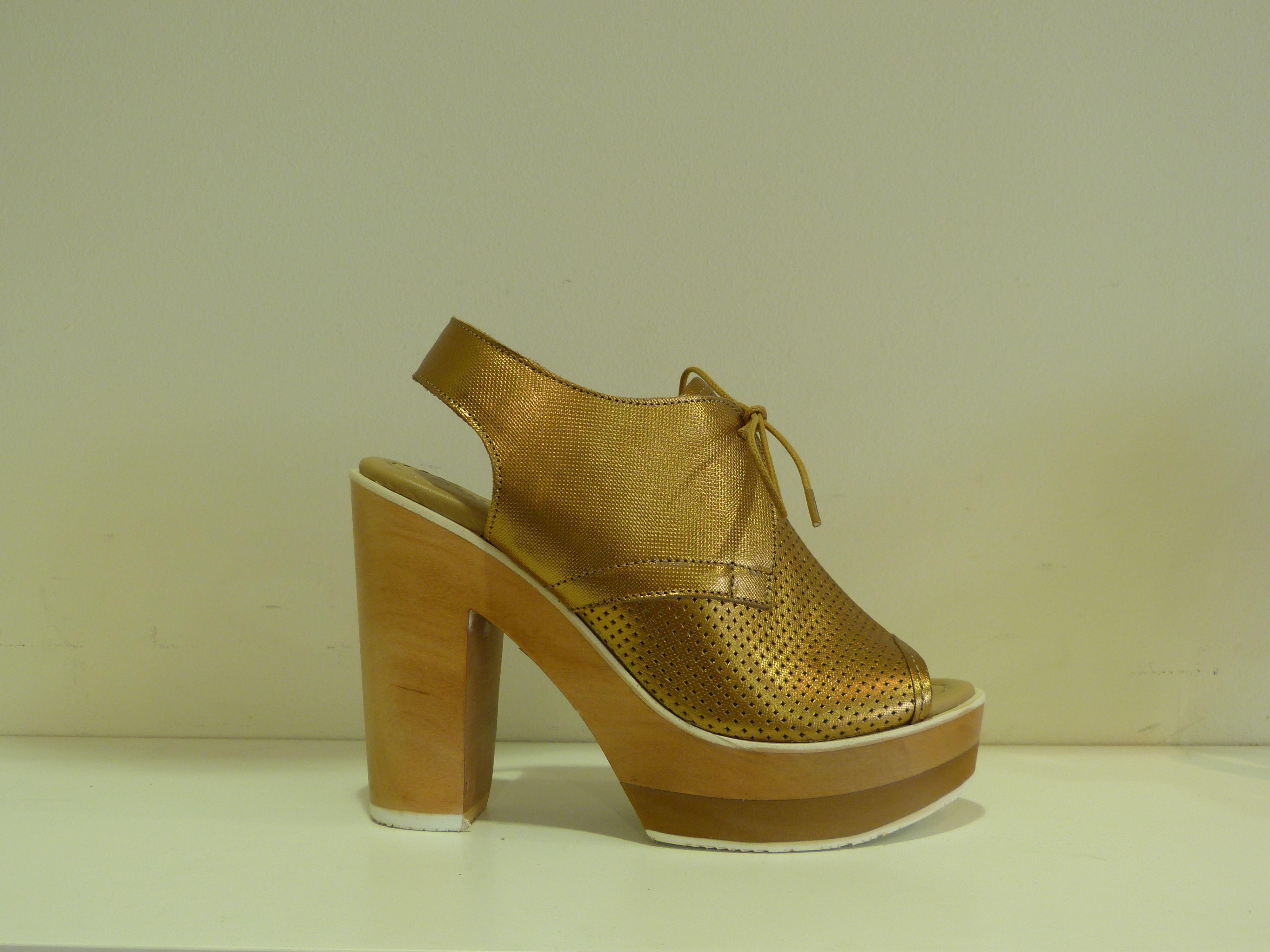Sandalias Cubanas en dorado con plataforma. ¡En Ocre están todas las tendencias de esta temporada!