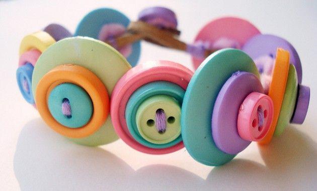 Aprovechando de manera creativa los botones de ropa que ya no utilizamos o va a ser desechada.