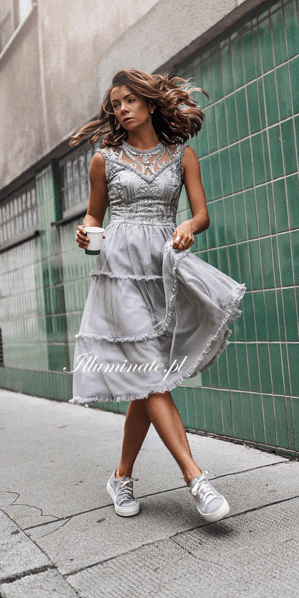 30af7250ad ... na tablicy Illuminate Sukienki tiulowe użytkownika Illuminate. Midi  sukienka Emma z pięknie wykończoną górą.  midi  mididress  sukienka  cekiny