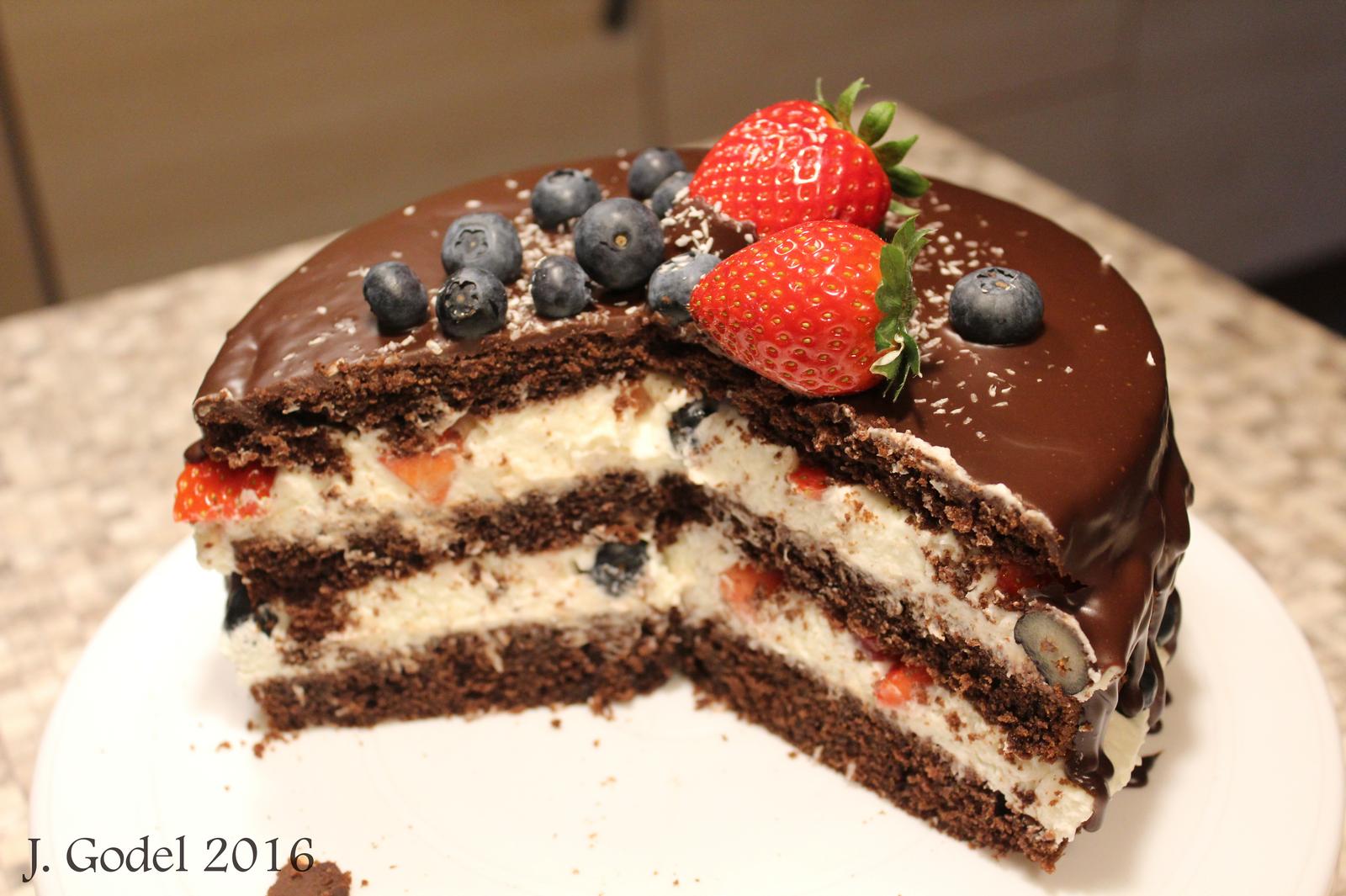 Naked cake mit Kokoscreme und frischen Beeren