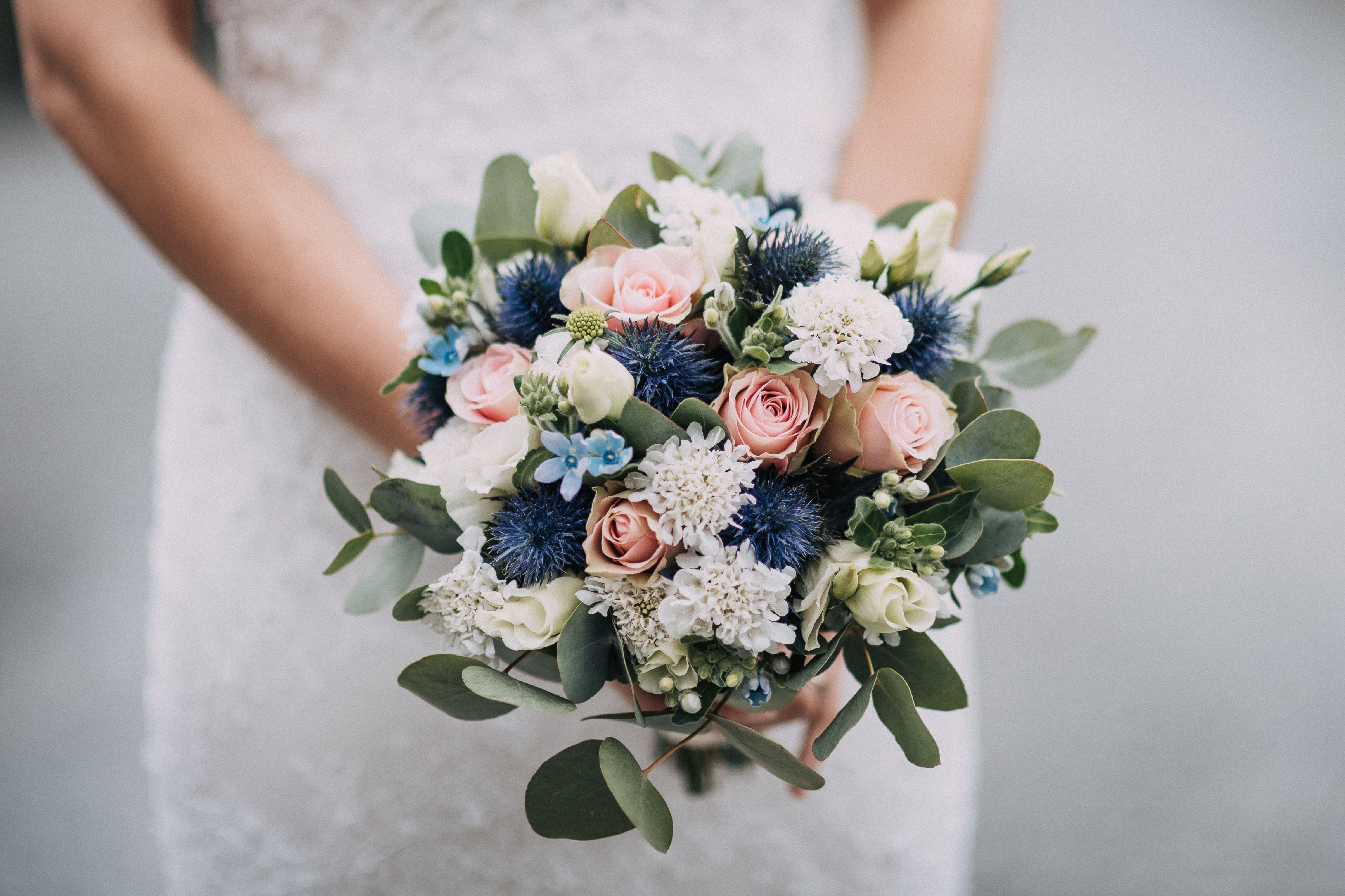 Zarter Brautstrauss In Blau Und Weiss Blumenstrauss Hochzeit Brautstrauss Braut Blumen