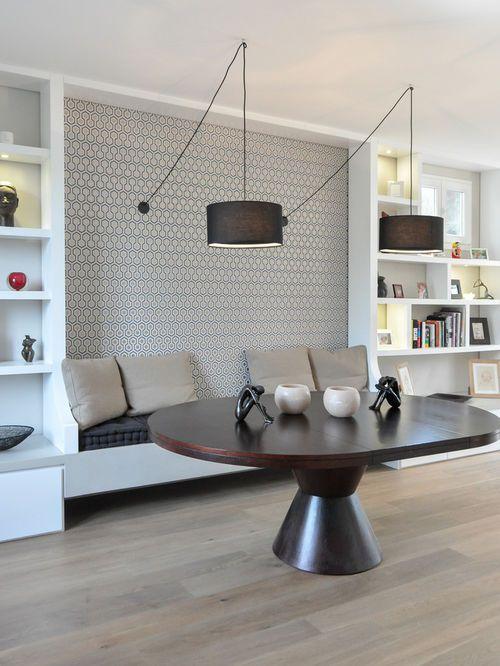 Idées déco pour une salle à manger ouverte sur le salon contemporaine de taille moyenne avec mur métallisé, un sol en bois clair et aucune cheminée.