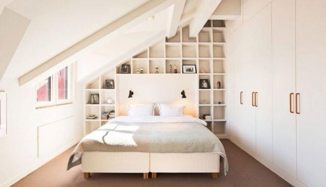 Une Chambre à Coucher Blanche Avec Une Bibliothèque Murale
