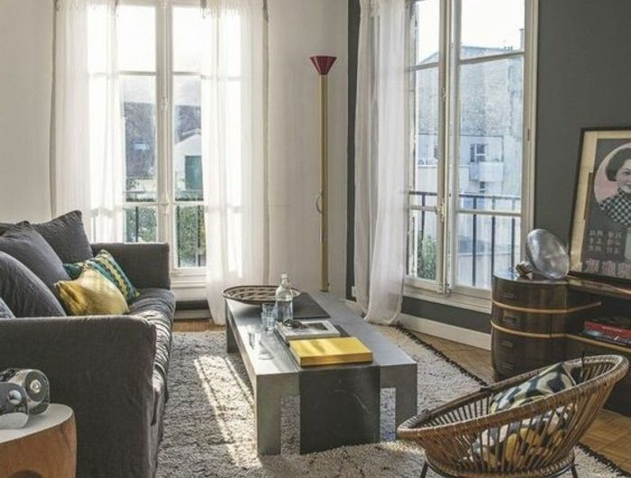 0-salon-chic-sol-en-parquet-clair-canapé-gris-rideaux-longs-blancs ...