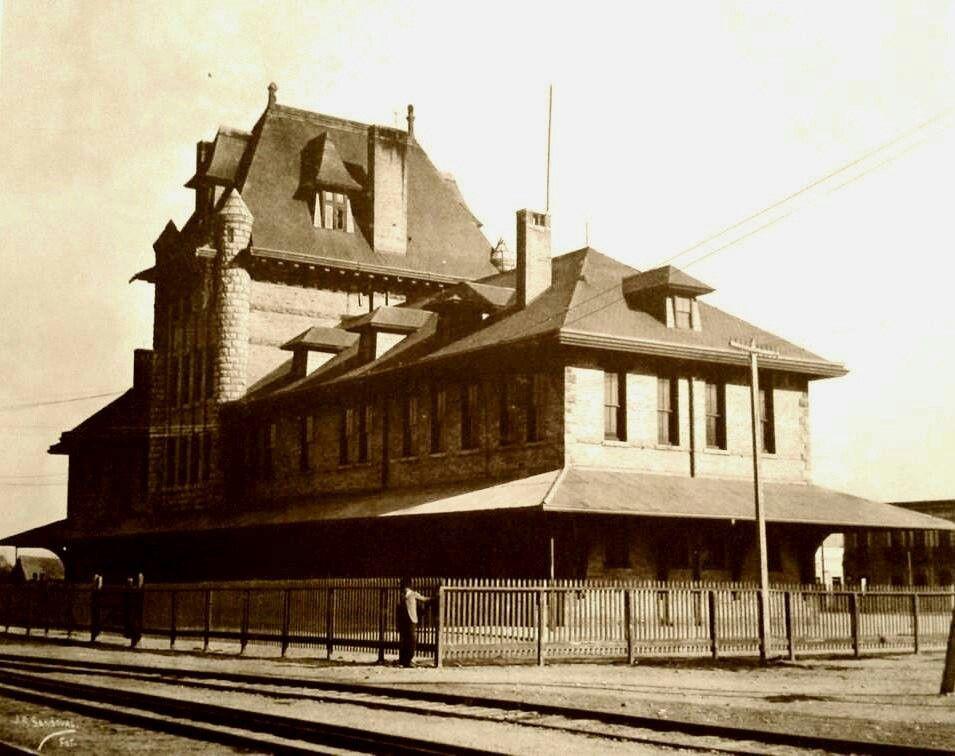 LA CASA DE LA CULTURA, PATRIMONIO DE NUEVO LEÓN  Nació en el Monterrey de la última década del siglo XIX, como uno de los edificios más imponentes de la ciudad. Una ciudad de apenas 40 mil habitantes. Quienes la vieron nacer se mostraron sorprendidos. Su imagen era -y es- la de un edificio europeo. Así surgió, original y orgullosa, la Estación del Golfo, institución que durante años sirvió como punto de partida y llegada de pasajeros e ilusiones. Con el tiempo, se convirtió en la actual…