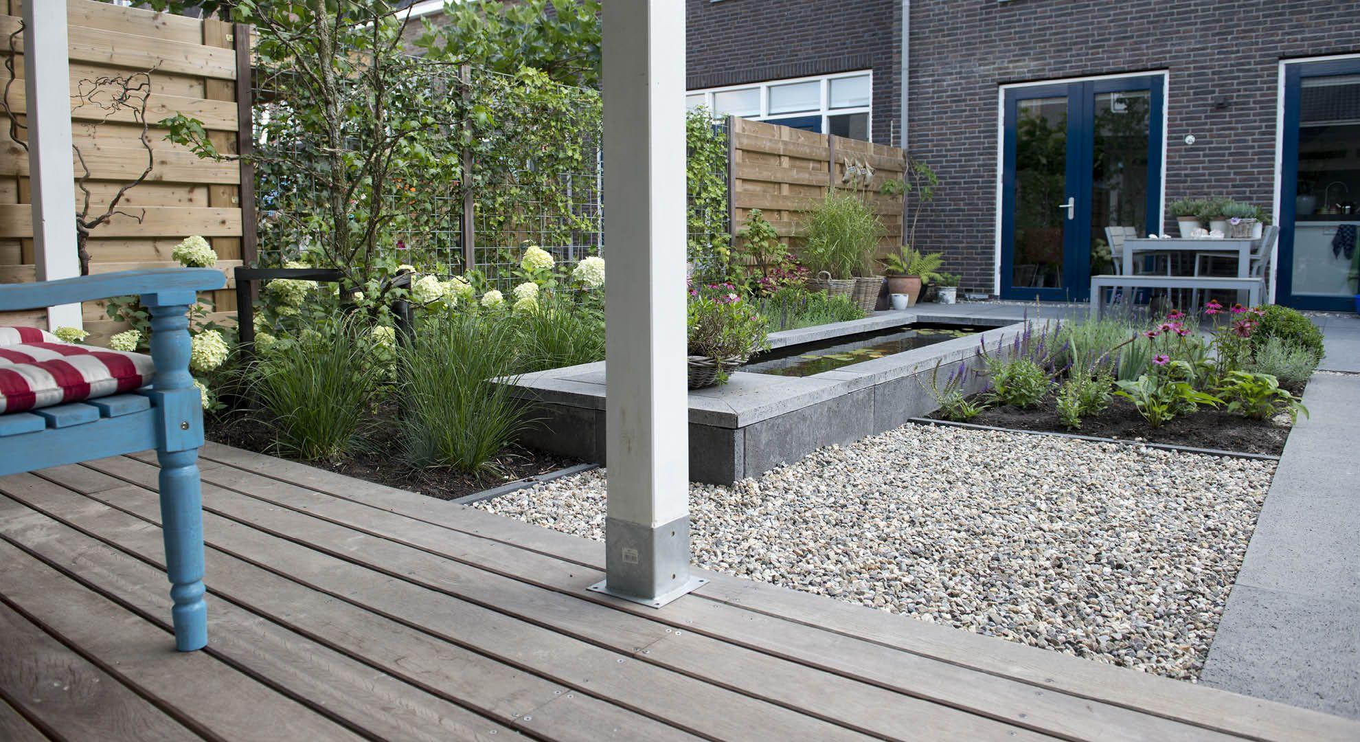 Kleine achtertuin met spiegelvijver en veranda for Spiegelvijver bak
