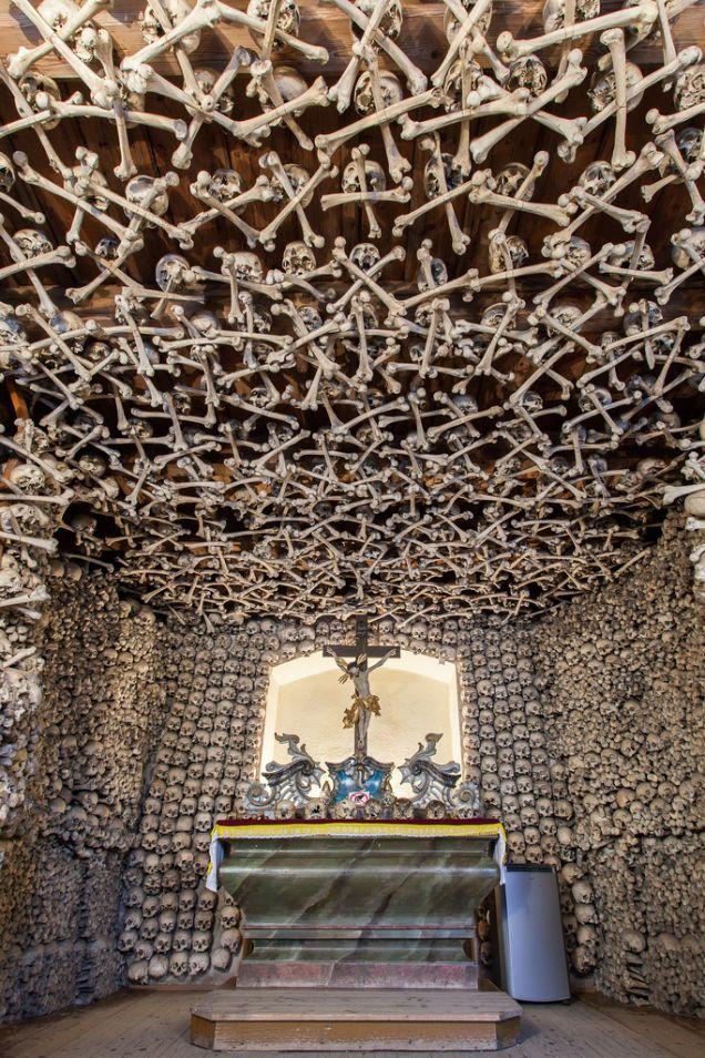 http://es.gizmodo.com/13-siniestros-edificios-construidos-o-decorados-con-hue-1477900924