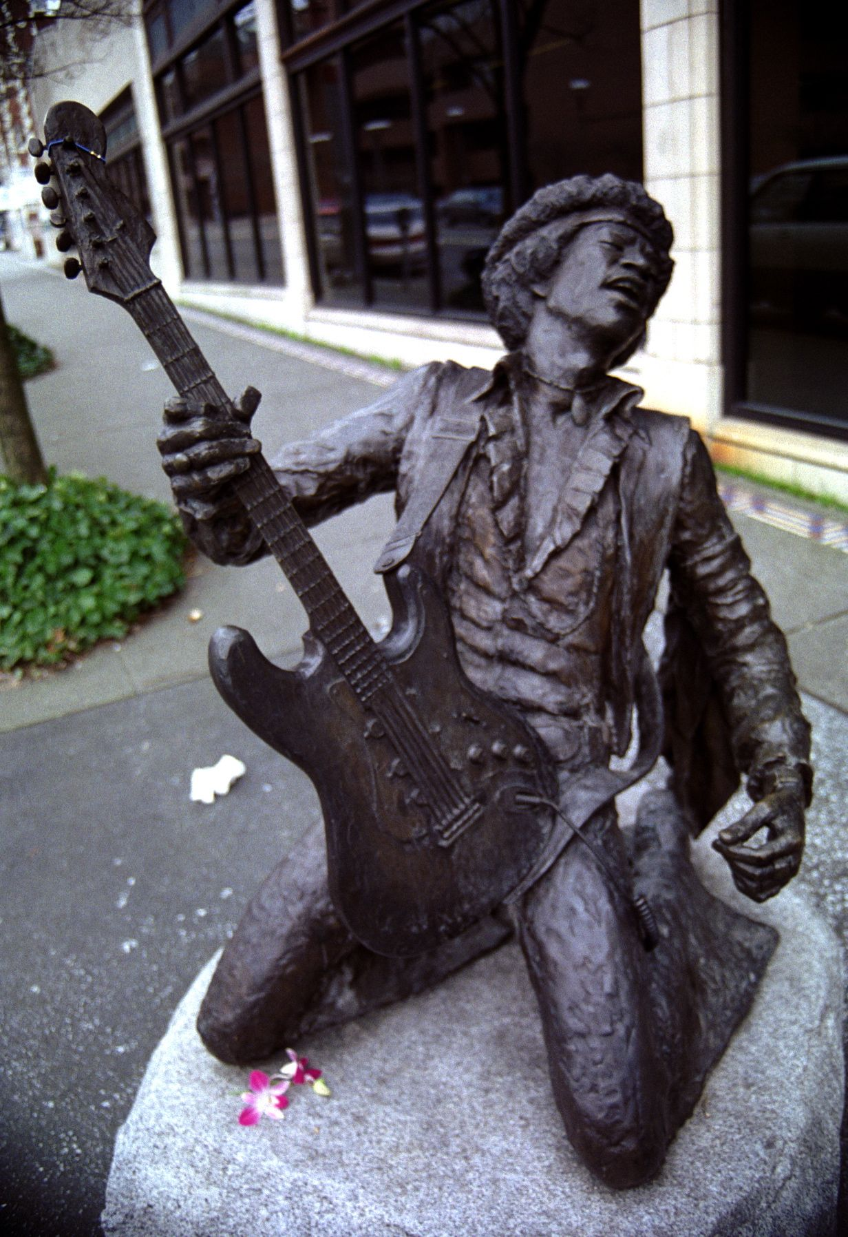 seattle artist daryl smith cast this statue of jimi hendrix in 1997 to be part of the legends. Black Bedroom Furniture Sets. Home Design Ideas