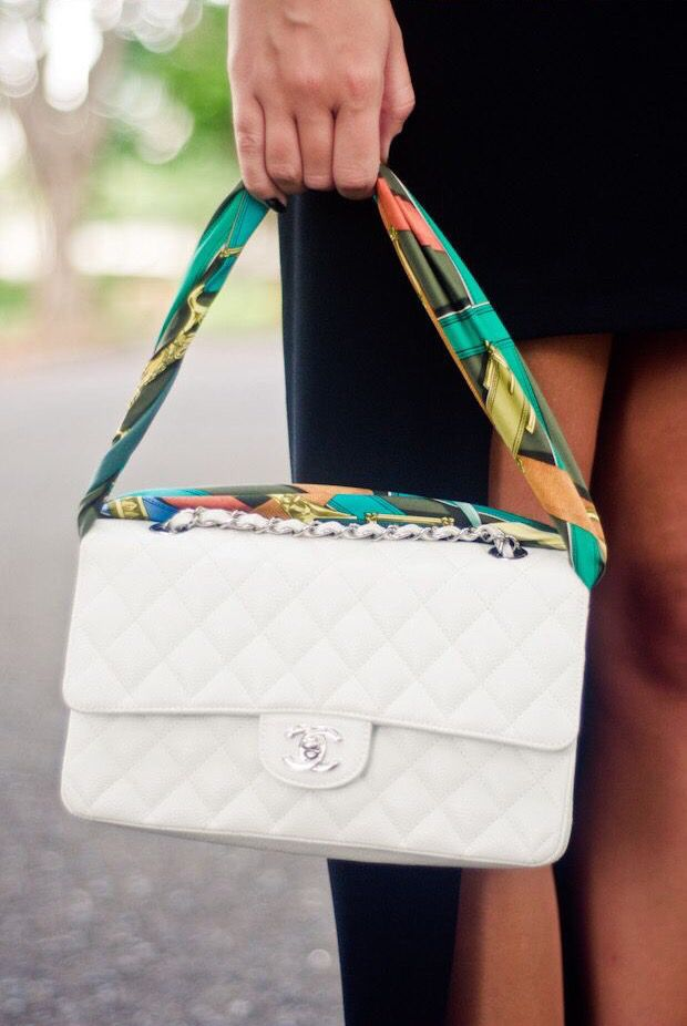 Que tal usar o lenço para formar a alça da bolsa? | Como usar lenços,  Sacos, Acessórios para bolsa