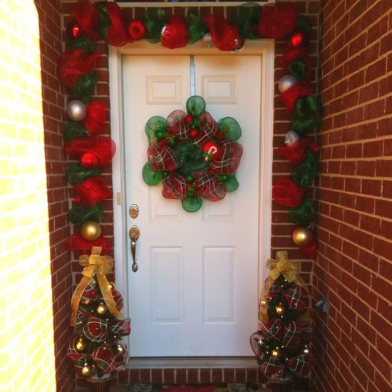 A Whole Bunch Of Stunning Christmas #Porch And #Entryway Decorating Ideas - Style Estate #Christmas #Decorating -