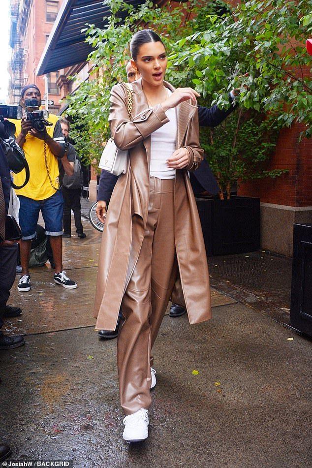 Kendall Jenner fait un show spectaculaire dans un trench-coat   – womens wear