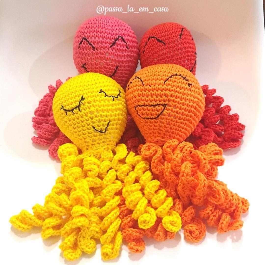 Amor em formato de polvo ❤️🐙. . . . . #polvo #prematuro #amoraoproximo #crochetlove #lovecrochet #fiodemalha #crochet #crochê #crochetaddict #croché #croshet #crocheteiras #crochelovers #yarnlove #yarn #yarning #knitlove #knit #knitting #trapillo #ganchilloxxl #ganchillo #crocheaddict #totora #penyeip #вязаниекрючком #uncinetto #かぎ針編み #octopus #octopusproject