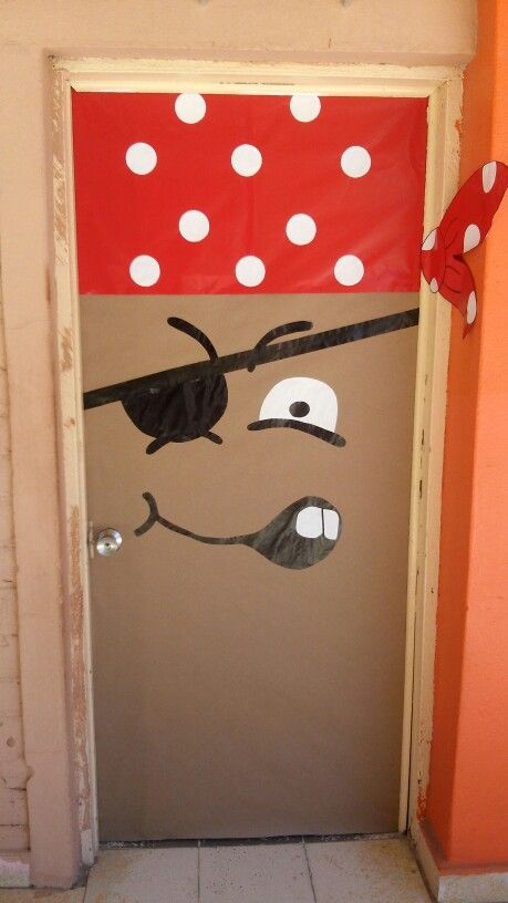 Puerta pirata voa decoracion de piratas piratas y for Decoracion puerta aula infantil