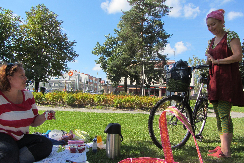 Saana on lomalla ja järkkää päiväkaffeet työkamuille koukkusen vastapäisessä puistossa. Elokuu 2013