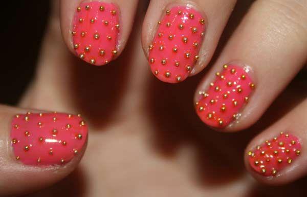 Uñas decoradas color coral vivo o claro, uñas decoradas color coral dorado.   #uñasdecoradas #colornailsdesign #tonosdeuñas