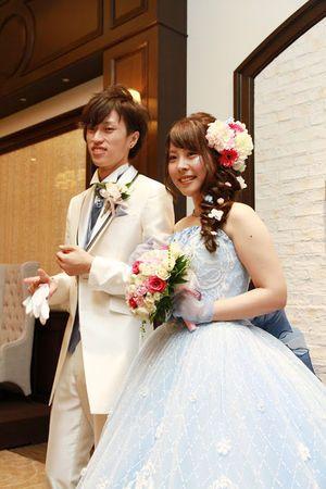 5c662c4f49d1d 水色 青(ブルー)のカラードレスを選んだ花嫁のブーケ・ヘアメイクコーディネート 新郎新婦画像まとめ - NAVER まとめ